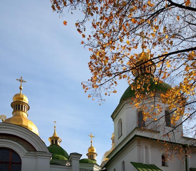Opinião da cúpula do edifício da igreja da catedral de saint sophia do outono. centro da cidade de kiev, ucrânia.
