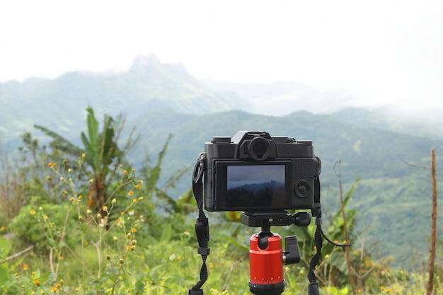 Opinião da fotografia da montanha da câmara digital.