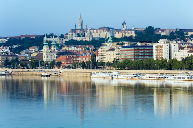 Opinião da manhã de budapeste com reflexo de edifícios no rio donau.