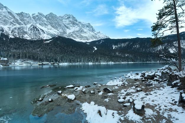 Opinião da manhã de inverno do lago eibsee, baviera, alemanha.