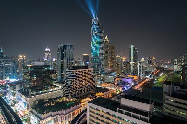 Opinião da noite com o arranha-céus no distrito financeiro em banguecoque tailândia.