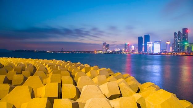 Opinião da noite da cidade do cenário de qingdao