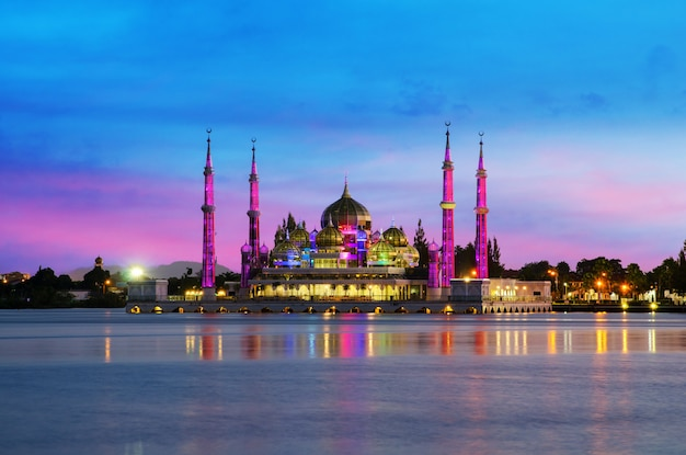 Opinião da noite da mesquita de cristal em kuala terengganu, malásia.