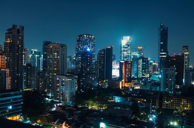 Opinião da noite de banguecoque com o arranha-céus no distrito financeiro, banguecoque tailândia