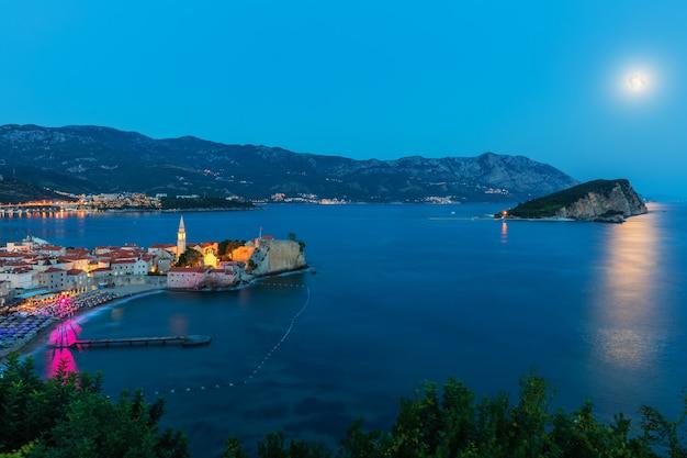 Opinião da noite de budva, maravilhosa beira-mar do adriático, montenegro.