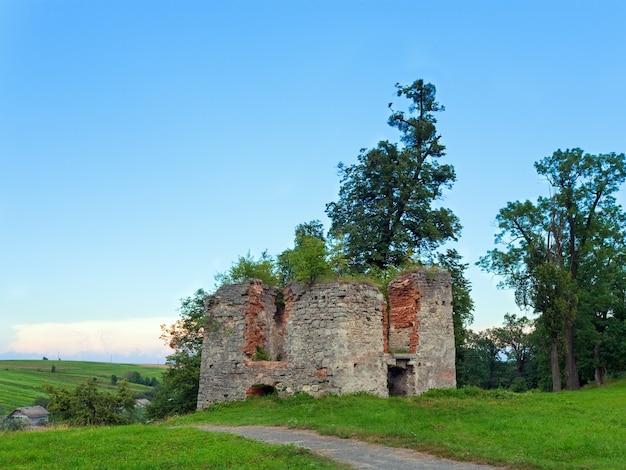 Opinião da noite de verão da torre em ruínas do castelo de svirzh (oblast de lviv, ucrânia. construído no século xv-xvii.)