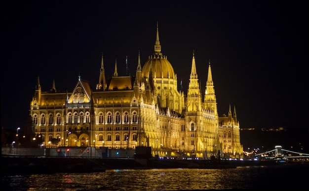 Opinião da noite do edifício húngaro do parlamento em budapest.