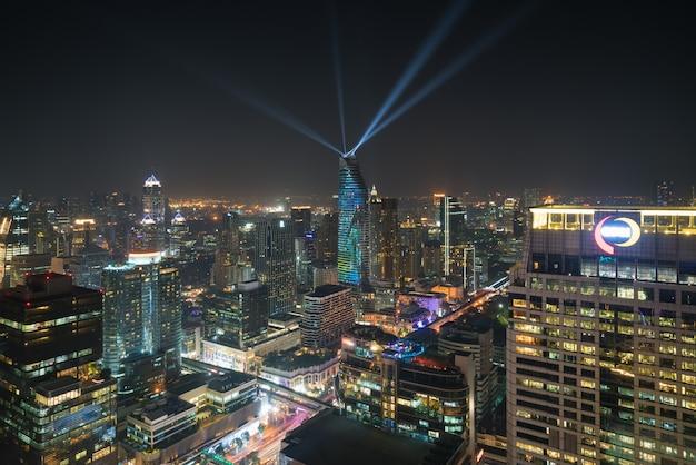 Opinião da noite em banguecoque tailândia. show de luzes no magnolias ratchaprasong em bangkok, tailândia