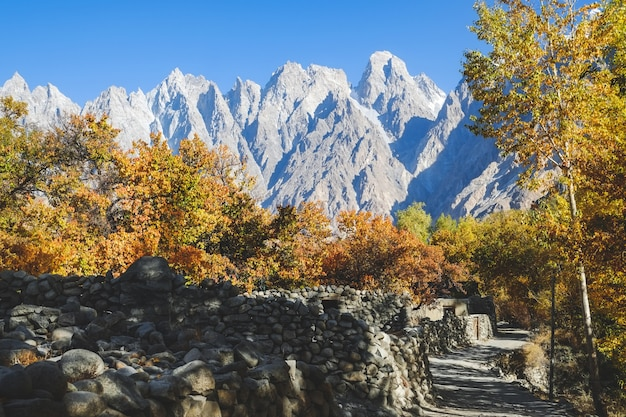 Opinião da paisagem da vila de passu no outono. gilgit baltistan, paquistão.