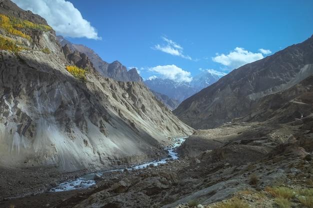 Opinião da paisagem das montanhas e do rio de hunza. gilgit baltistan. vale de hunza, paquistão.