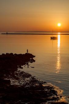 Opinião da paisagem das praias perto de ferragudo, portugal.