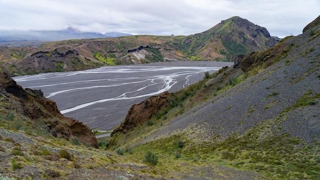 Opinião da paisagem do rio e do desfiladeiro das montanhas thorsmork.