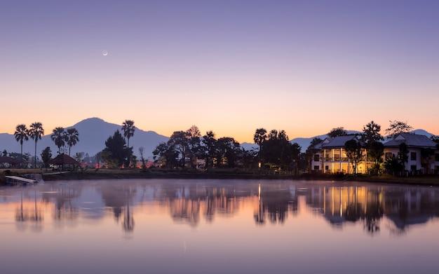 Opinião da paisagem durante o nascer do sol com as montanhas.