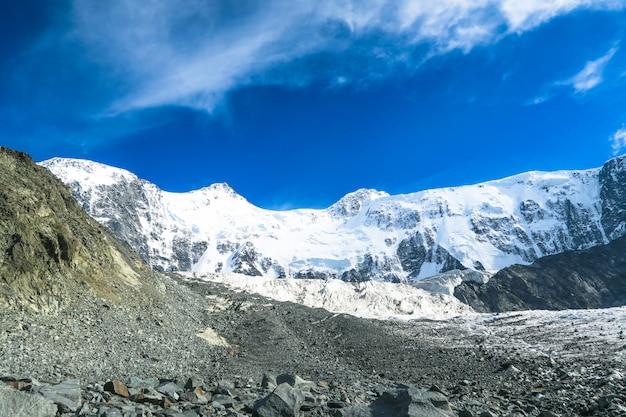 Opinião da parede da montanha de belukha. altai, rússia. geleira akkem