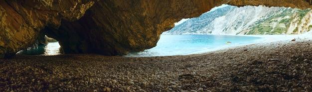 Opinião da praia de myrtos da caverna, grécia, kefalonia, mar jônico.