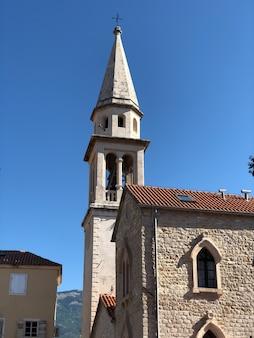 Opinião da rua da cidade velha de budva em montenegro.