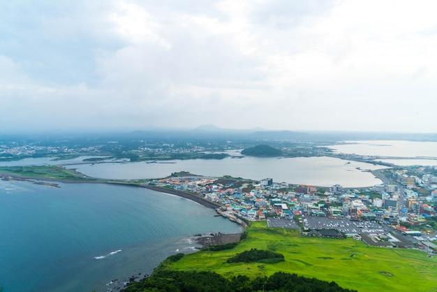 Opinião da skyline da cidade de jeju de seongsan ilchulbong, ilha de jeju.