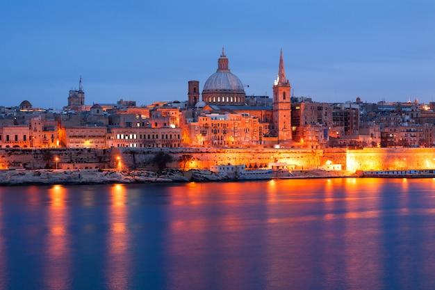 Opinião da skyline da frente marítima de valletta como visto de sliema, malta.