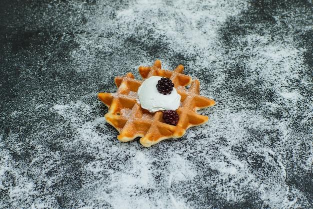 Opinião de ângulo alto waffle quebrado na obscuridade. horizontal