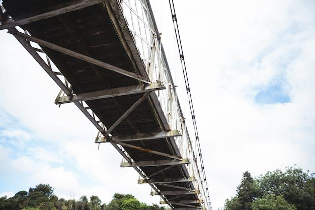 Opinião de baixo ângulo da ponte velha