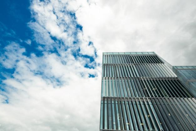Opinião de baixo ângulo do prédio de escritórios