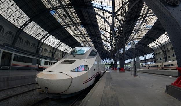 Opinião de detalhes interior do estação de caminhos-de-ferro francês principal bonito de barcelona, espanha.