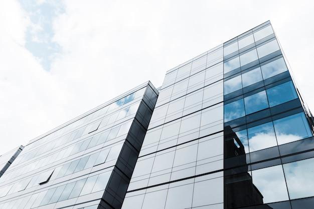Opinião de edifícios altos de baixo ângulo