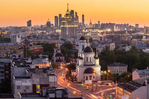 Opinião de olho de pássaro da arquitectura da cidade de moscovo no crepúsculo.