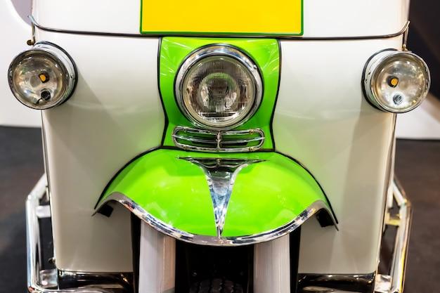 Opinião dianteira do close up do tuk do tuk ou do triciclo de tuk em banguecoque. concentre-se no farol principal.