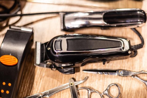 Opinião do close up de ferramentas do hairclipper e do barbeiro. equipamento de barbearia