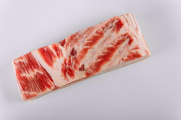 Opinião do close up do bacon gordo da barriga de carne de porco com carne crua fresca.
