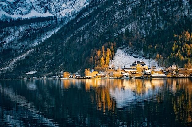 Opinião do inverno de hallstatt. alpes, na áustria.
