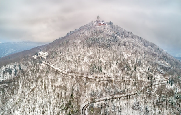 Opinião do inverno do chateau du haut-koenigsbourg nas montanhas de vosges. uma grande atração turística na alsácia, frança