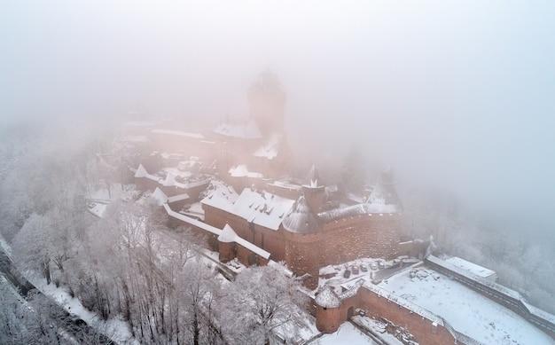 Opinião do inverno do chateau du haut-koenigsbourg no nevoeiro. uma grande atração turística na alsácia, frança
