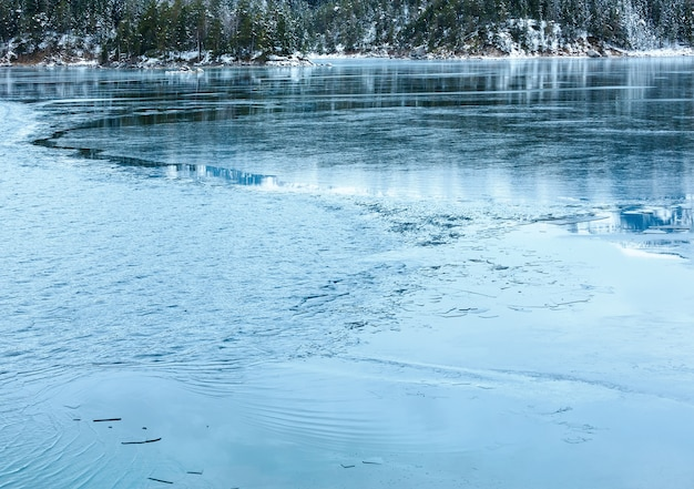Opinião do inverno do lago eibsee, baviera, alemanha.
