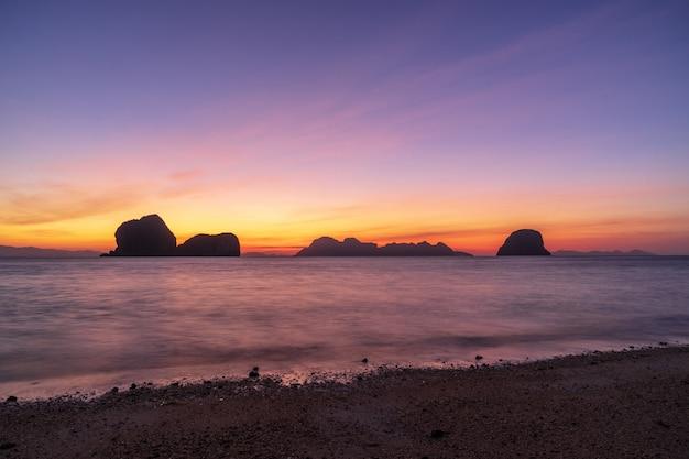 Opinião do nascer do sol da ilha de ko ngai, com água do mar bonita, céu crepuscular.