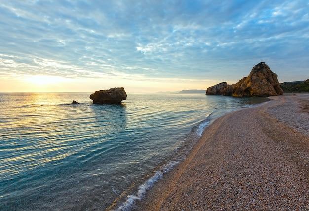 Opinião do nascer do sol da praia de potistika (grécia). mar egeu.