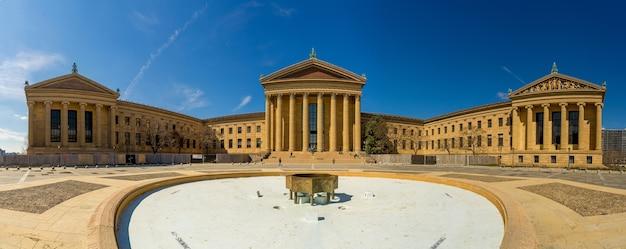 Opinião do panorama do museu de arte de philadelphfia no dia ensolarado, pensilvânia, eua.