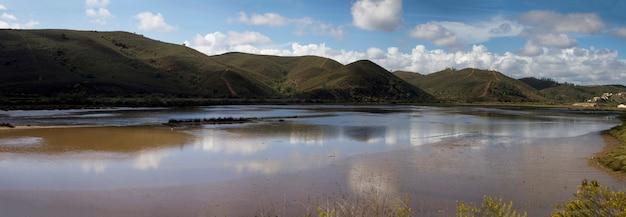 Opinião do panorama do rio bonito de arade, localizado perto de portimao, portugal.