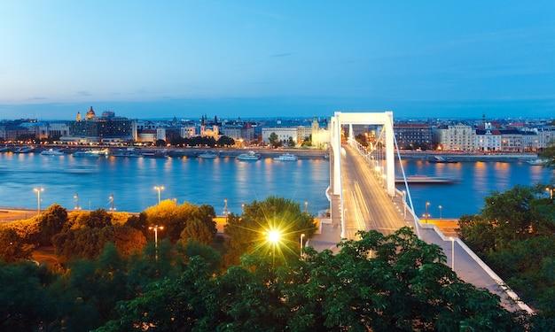 Opinião do panorama noturno de budapeste. exposição longa. (todos os povos, signos e navios estão irreconhecíveis)