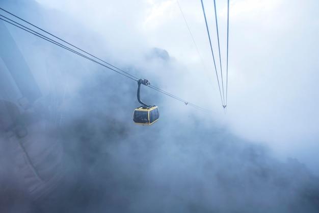 Opinião do teleférico na paisagem da montanha na montanha de fansipan em sapa, vietnam