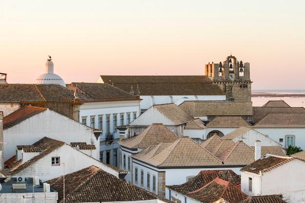 Opinião do telhado da cidade velha histórica bonita de faro, em portugal.