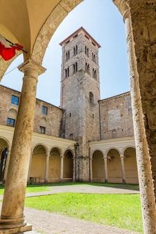 Opinião do turista de rieti, no lazio, itália. igreja de santo agostinho e torre sineira