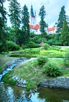 Opinião do verão do parque do castelo de pruhonice em praga, república tcheca. foi criado no século 12.