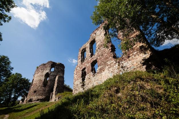 Opinião do verão para fortificar ruínas em buchach com céu bonito e nuvens, região de ternopil, ucrânia