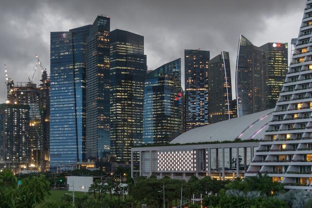 Opinião escura da cidade com edifícios dos arranha-céus no distrito financeiro central