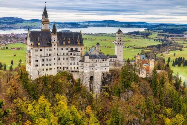 Opinião famosa do castelo de neuschwanstein na estação do outono, baviera, alemanha