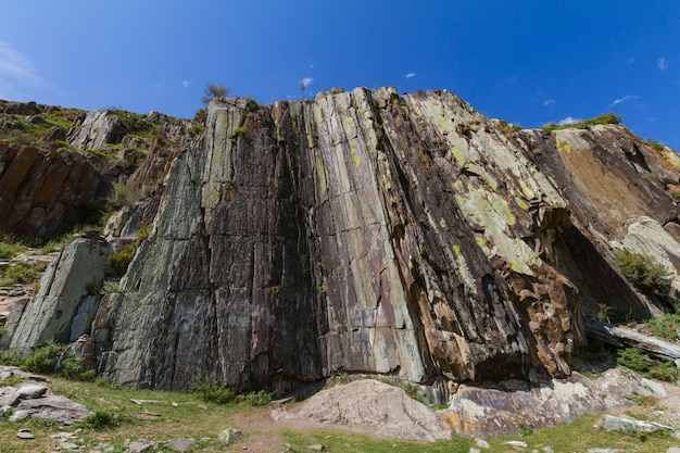 Opinião inferior da rocha da montanha. altai
