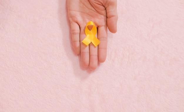 Opinião superior da fita da mão da conscientização do câncer