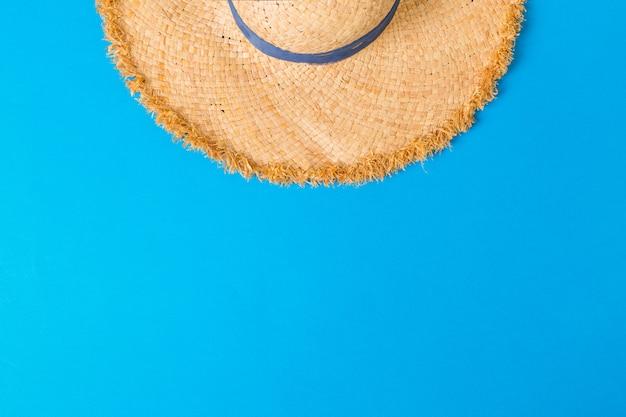 Opinião superior do chapéu de palha retro amarelo com copyspace. conceito de verão